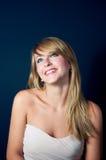 Giovane donna bella che sorride e che osserva in su Immagini Stock