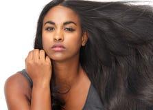 Giovane donna bella con capelli scorrenti Immagini Stock