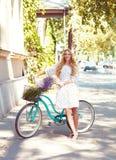 Giovane donna bella e felice con la bicicletta Immagine Stock Libera da Diritti