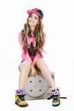 Giovane donna in berretto da baseball e scarpe da tennis immagini stock