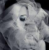 Giovane donna in bianco e nero con la fascia Immagine Stock