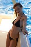 Giovane donna in bikini che propone sull'yacht immagini stock libere da diritti