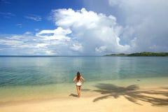 Giovane donna in bikini che sta su una spiaggia tropicale, Nananu-io-Ra fotografia stock