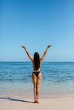Giovane donna in bikini sulla spiaggia fotografie stock libere da diritti