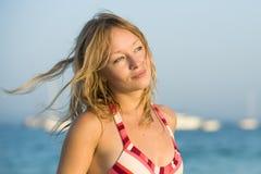 Giovane donna bionda alla spiaggia Fotografia Stock