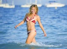 Giovane donna bionda alla spiaggia Immagini Stock