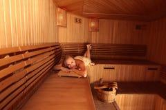 Donna nella sauna immagine stock
