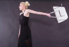 Giovane donna bionda briosa con la borsa Fotografie Stock Libere da Diritti