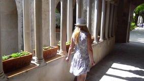 Giovane donna bionda che cammina in Ravello all'Italia archivi video
