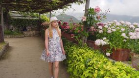 Giovane donna bionda che cammina in Ravello all'Italia stock footage