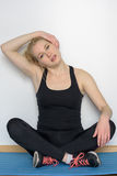 Giovane donna bionda che fa gli esercizi di yoga Immagine Stock