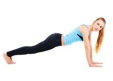 Giovane donna bionda che fa il suo allungamento di yoga Fotografia Stock Libera da Diritti