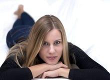 Giovane donna bionda che riposa sul sofà immagini stock