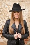 Giovane donna bionda con black hat Fotografia Stock