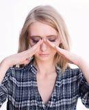 Giovane donna bionda con dolore di pressione del seno Fotografia Stock