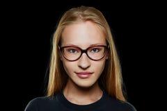 Giovane donna bionda con i vetri Immagini Stock Libere da Diritti