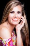Giovane donna bionda con il colpo bianco perfetto dello studio di sorriso immagini stock libere da diritti