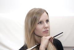 Giovane donna bionda con la spazzola di trucco fotografia stock