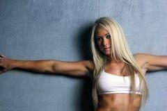 Giovane donna bionda di forma fisica fotografie stock