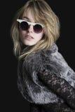 Giovane donna bionda graziosa con gli occhiali da sole Immagine Stock