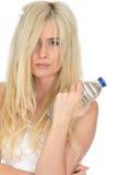 Giovane donna bionda naturale in buona salute adatta che tiene una bottiglia di acqua minerale Fotografia Stock