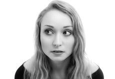 Giovane donna bionda nel monocromio fotografia stock libera da diritti