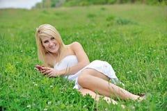 Giovane donna bionda sbalorditiva nel campo del trifoglio Fotografia Stock
