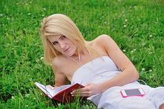 Giovane donna bionda sbalorditiva nel campo del trifoglio Fotografie Stock Libere da Diritti