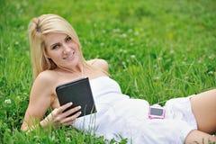 Giovane donna bionda sbalorditiva nel campo del trifoglio Immagini Stock Libere da Diritti