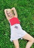 Giovane donna bionda sbalorditiva nel campo del trifoglio Immagine Stock