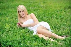 Giovane donna bionda sbalorditiva nel campo del trifoglio Immagine Stock Libera da Diritti