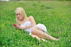 Giovane donna bionda sbalorditiva nel campo del trifoglio Fotografie Stock
