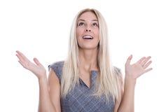 Giovane donna bionda sorpresa con le mani aperte isolate su bianco. Fotografia Stock