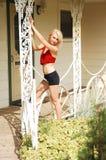 Giovane donna bionda sottile. fotografia stock