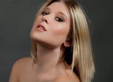Giovane donna bionda splendida fotografia stock