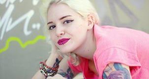 Giovane donna bionda splendida con un tatuaggio del vampiro stock footage