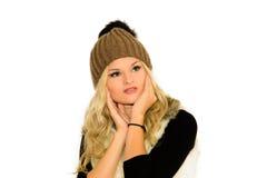 Giovane donna bionda in un cappuccio ed in una maglia Fotografia Stock Libera da Diritti