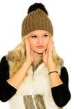 Giovane donna bionda in un cappuccio ed in una maglia Fotografia Stock