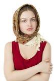 Giovane donna bionda in una sciarpa dorata rossa Fotografia Stock