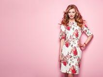 Giovane donna bionda in vestito floreale da estate della molla fotografia stock libera da diritti