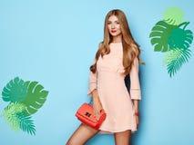 Giovane donna bionda in vestito floreale da estate della molla Fotografia Stock