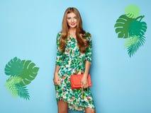Giovane donna bionda in vestito floreale da estate della molla immagini stock libere da diritti