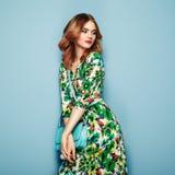 Giovane donna bionda in vestito floreale da estate della molla fotografie stock
