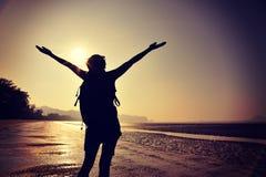 giovane donna a braccia aperte sulla spiaggia di alba Fotografie Stock Libere da Diritti