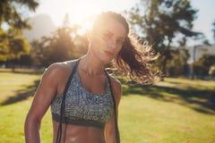 Giovane donna in buona salute al parco con un salto della corda Immagine Stock
