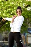 Giovane donna in buona salute che fa allungando allenamento all'aperto Fotografia Stock