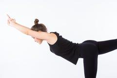 Giovane donna in buona salute che pratica equilibrando yoga di posizione del bastone su fondo bianco Fotografia Stock Libera da Diritti