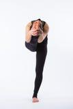 Giovane donna in buona salute che pratica equilibrando yoga di posizione del bastone su fondo bianco Fotografie Stock Libere da Diritti
