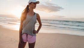 Giovane donna in buona salute che sta sulla spiaggia immagine stock libera da diritti