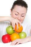 Giovane donna in buona salute con la frutta Fotografia Stock Libera da Diritti